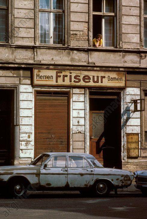 Ost-Berlin. Parkende Autos vor geschlossenenem Friseursalon. Foto, 1981.