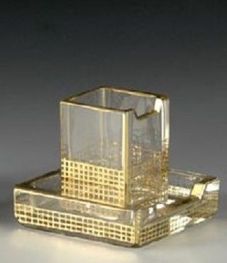 Skleněná kuřácká souprava  Čechy, Nový Bor, Brüder Podbira, okolo 1935. Třídílná kuřácká souprava kubických tvarů z čirého broušeného skla