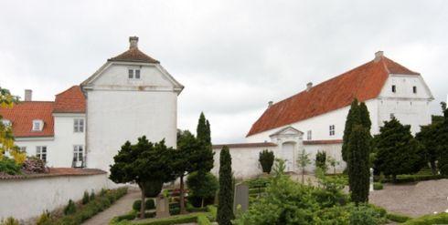 """Jomfruens Egede, Sjælland - Jomfruens Egede kan spores tilbage til 1346, hvor gården hed Egedegård, og en af kong Valdemar Atterdags mænd, Uffe Pedersen Neb (død før 1360), ligesom hans sønner Peder Offesen, Johannes Offesen og væbner Niels Offesen skrev sig til denne hovedgård. """"Egede"""" betyder bevoksning af egetræer."""