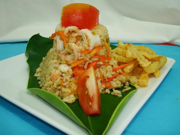 Apetecible plato de arroz con camarones.