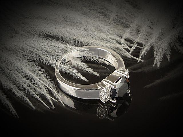 Stříbrný prsten s černým a bílým zirkonem