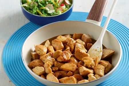 Διαδικασία Σε ένα μεγάλο τηγάνι ζεσταίνουμε σε δυνατή φωτιά το λάδι και σοτάρουμε το κοτόπουλο με το σκόρδο και το τζίντζερ για 4 - 5 λεπτά, μέχρι να ροδίσει το...