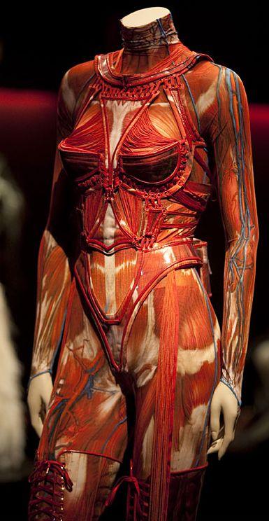 mode française : Jean Paul Gaultier, fall 2003, écorché, orange
