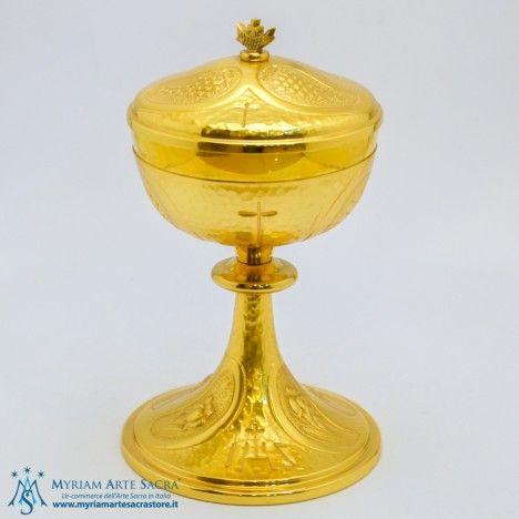 Pisside in ottone dorato cesellata. Prodotto elegante e raffinato. Possibilità di abbinarci il calice con la stessa lavorazione  Altezza: cm. 22,  Base: diametro cm. 13,5,  Coppa: diametro cm. 12