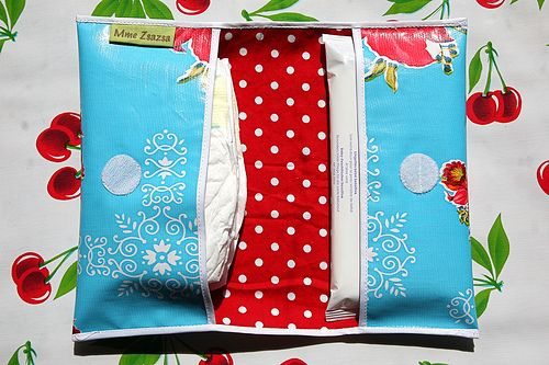 this diaper holder looks easy to make.... I really need one of these, so sick of searching for diapers then finding them crunched in the bottom...