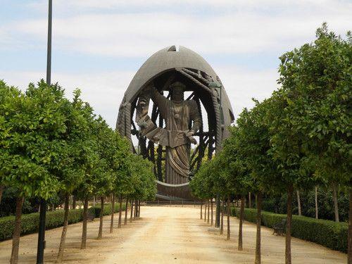 Huevo de Colón, en el Parque de San Jerónimo - sevilla, Spain
