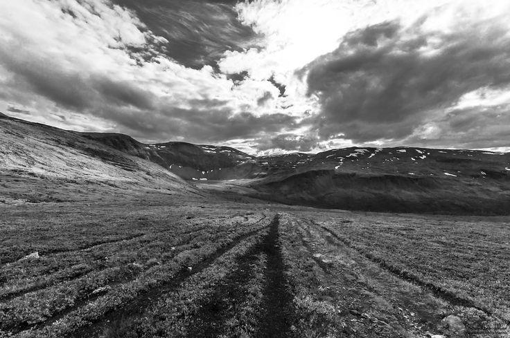Et nytt bilde av Tromsdalen, denne gangen litt lengre opp i terrenget enn det forrige bildet. Valgte å gjøre det i sort/hvitt for å få fram mer detaljer i bildet. Hva syntes du?
