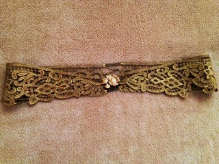 Gold lace belt made with a flower vintage brooch and gold chains. Ideal for a hippie chic wedding dress. €360,00, via Etsy.