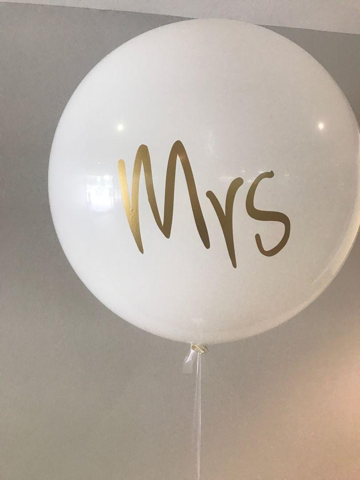Jumbo 3 Foot/90cm fashion white Latex balloon with a matt gold vinyl print 'Mrs'
