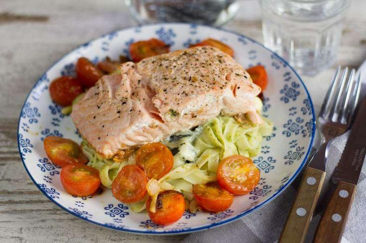 Recept voor pasta voor 4 personen. Met zout, olijfolie, peper, zalmfilet, broccoli, blauwe kaas, Pasta, knoflook, avocado, pijnboompitten en cherrytomaat