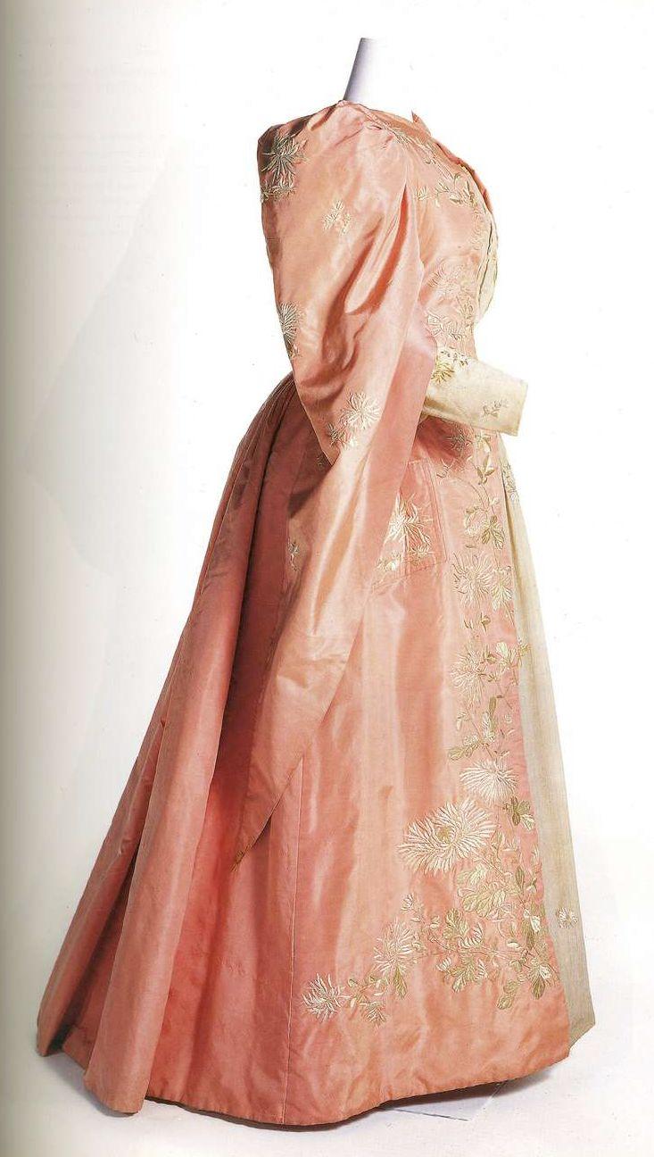 Чайное платье. Около 1895, Япония. Розовое платье сэнгу, серое жабо и пластрон из ёкуро (японская ткань), складка piedmontese сзади, рукава в средневековом стиле, подкладка из шелка хабутаэ, простеганного с хлопком.
