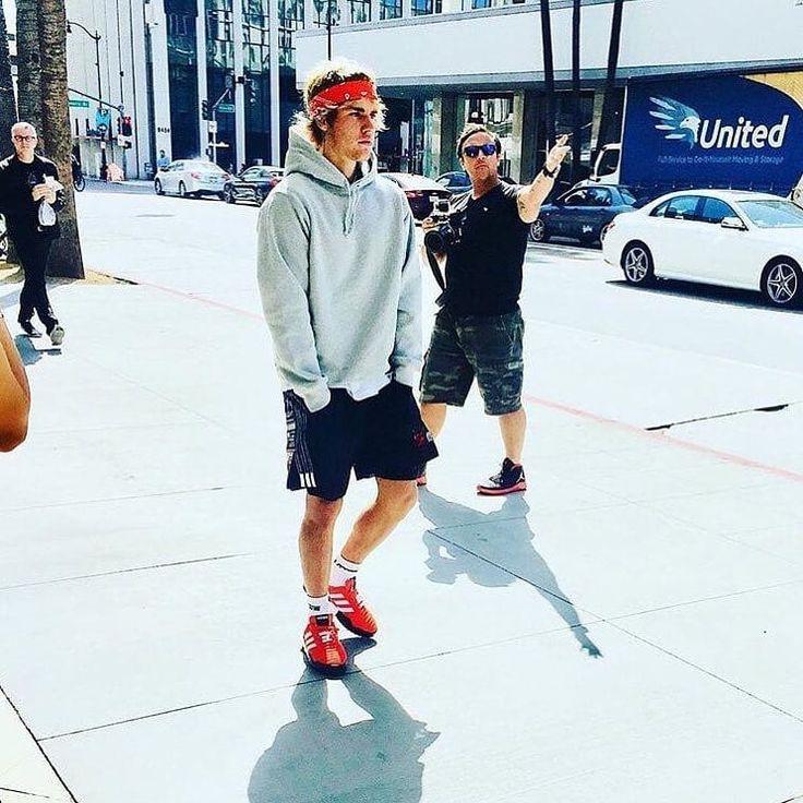 e rocks in red bandana😎 . #jb #justinbieber #belieber #hard2facereality #justindrewbieber #justinbieberfan #jbnewmusic #redbandana