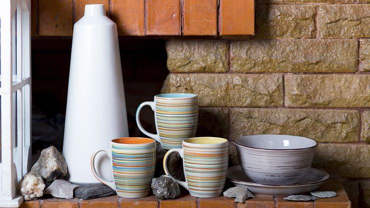 Очаровательные, уютные кружки, тарелки и салатник из коллекции Everyday – это посуда, которой вы сможете пользоваться постоянно и с удовольствием. Они станут частью вашего утреннего завтрака, украсят обед, разнообразят ужин, и вы сможете заваривать в одной из этих чашек любимый чай или кофе. Стильный дизайн этой керамики придется по душе всем домочадцам, а разноцветные внутренние стенки на чашках позволят каждому выбрать свою личную кружку, и никогда их больше не путать.