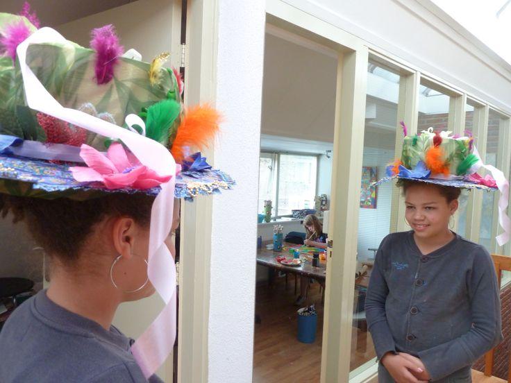 Met verschillende materialen een kunst-hoed maken. Een workshop vanaf groep 5 van het basisonderwijs.