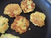 楽天が運営する楽天レシピ。ユーザーさんが投稿した「グルテンフリー☆ポテト・チーズ・パンケーキ」のレシピページです。小麦粉の代わりにとうもろこし粉を使い、香ばしく仕上げます。おやつやおつまみにどうぞ。。マッシュポテト(昨夜の残り等),ポレンタ粉(とうもろこし粉),パセリのみじん切り,オリーブオイル,塩・こしょう,卵,ミルク,ピザ用チーズ