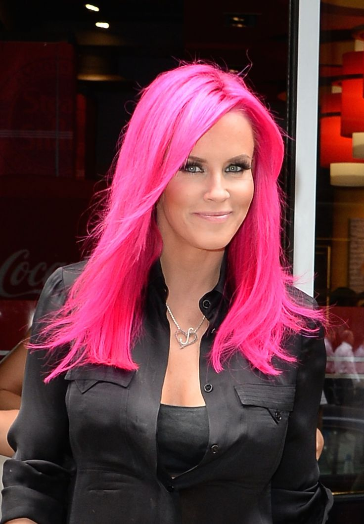 When most people get bored, they pick up a book or turn on the TV. But Jenny McCarthy paid a trip to the salon ... to dye her hair PINK!  And not...
