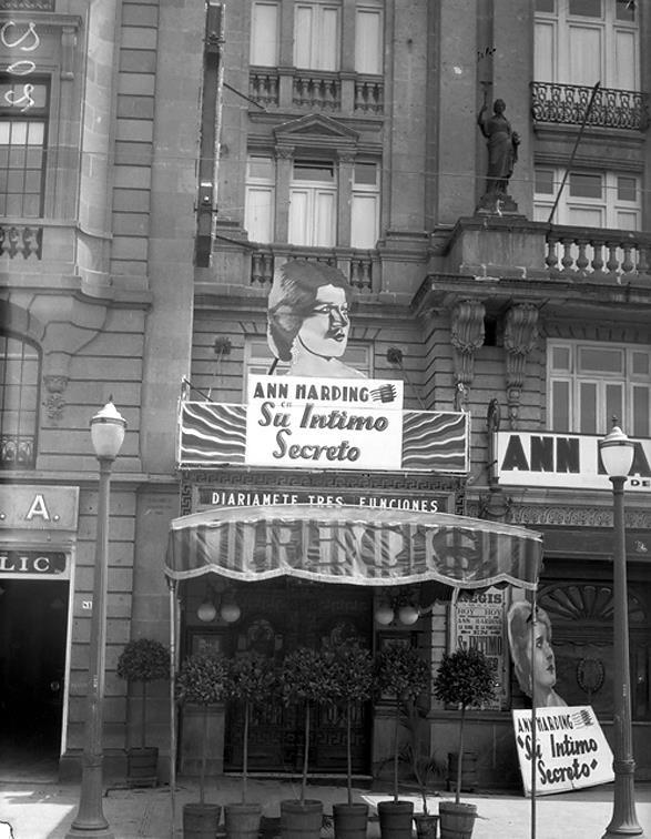 Cine y Hotel Regis antes de derrumbarse por efecto del terremoto del 19 de septiembre de 1985.