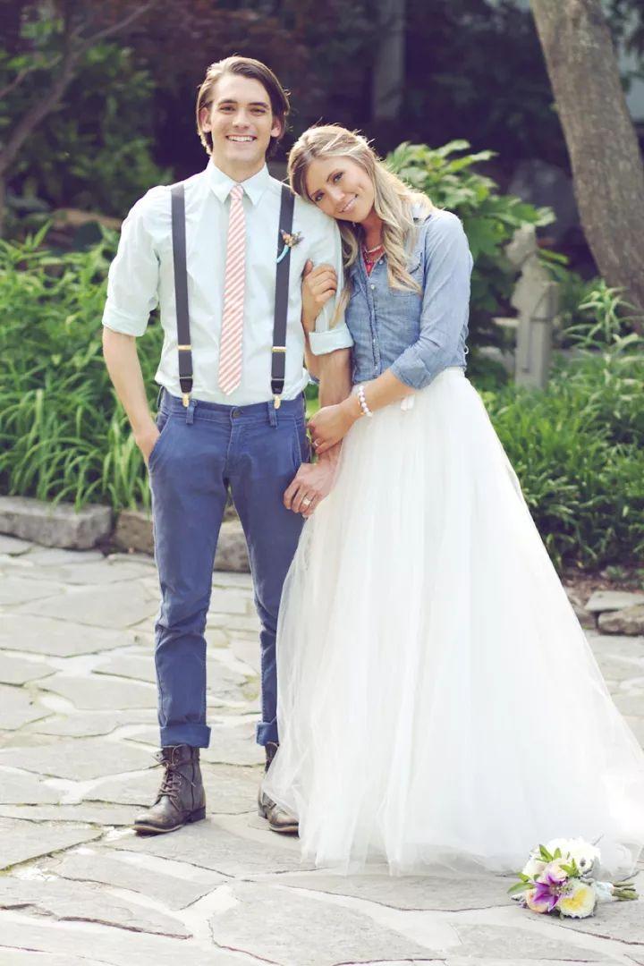 花嫁のデニムシャツに合わせて新郎のパンツもブルーに!個性的な新郎衣装一覧♪