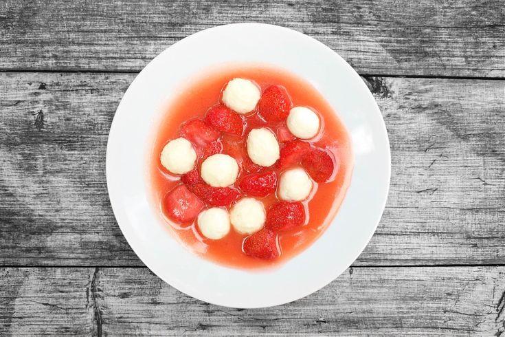 Tvaroh a jahody, když se vám nechce šoulat s knedlíky. Nočky jsou úžasně jemné, a pokud je povaříte jen krátce, zůstanou i pěkně krémové. Jahody na másle je pak skvěle doplňují a společně vytváří pravou letní senzaci.