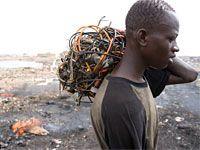 Un homme travaillant sur une déchetterie de composants électroniques au Ghana. -- la science et la technologie, les défis mondiaux