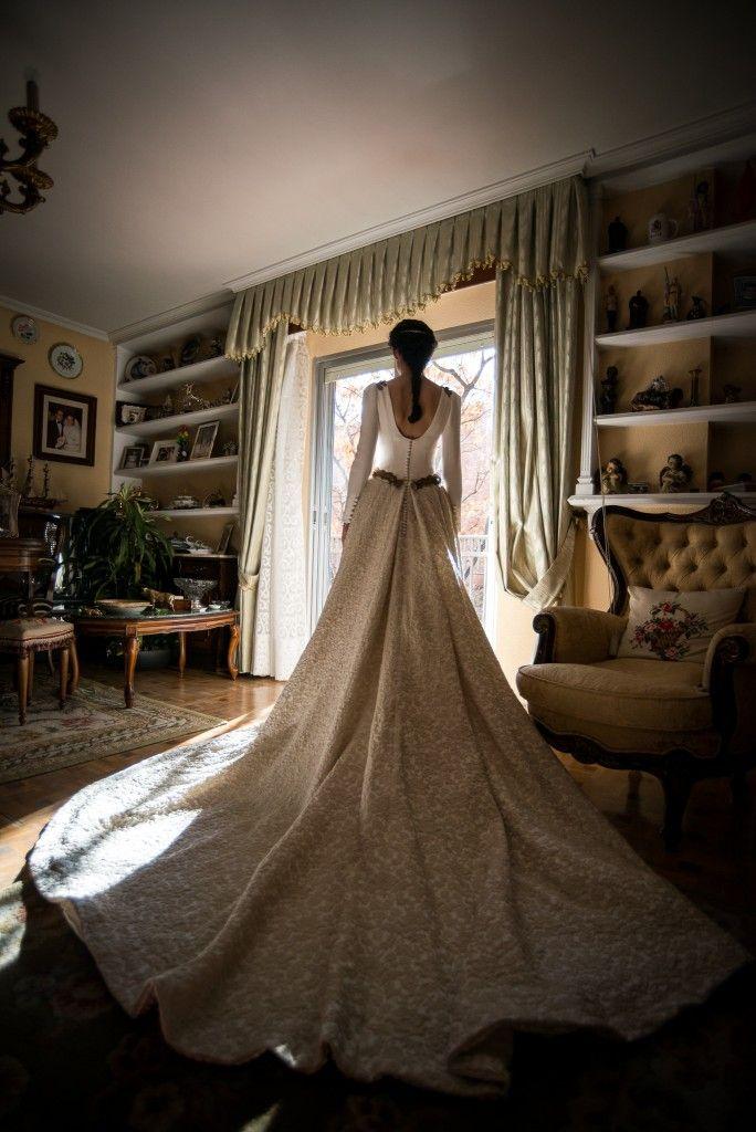 Impresionante imagen de la cola en dos tonos que lució Rocío. Novias Beatriz Alvaro. Alta Costura Madrid. Vestidos de novia a medida,