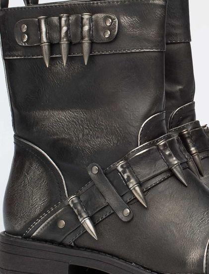 Καθημερινές μπότες • Κατασκευασμένο από δέρμα σε ιριδίζουσα • δερμάτινη διακόσμηση και μεταλλικά στοιχεία • φερμουάρ στο εσωτερικό • υφασμάτινη επένδυση • εξωτερική σόλα από καουτσούκ #boots #shoes #fashion