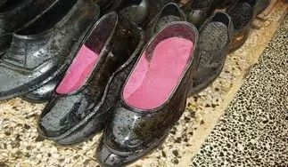 Kara lastik ayakkabı