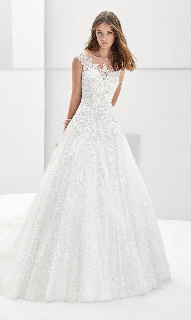 6ea33e920 Vestido de novia estilo princesa de encaje y tul con espalda escotada en  color natural.  matrimonio  matrimonioco  matrimoniocomco …