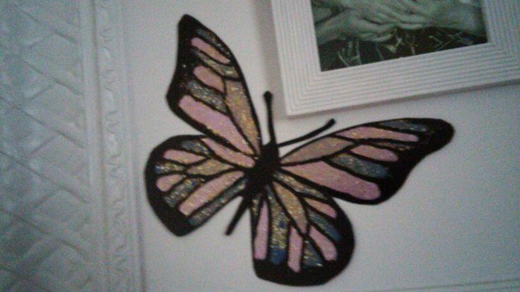 Vlinder gemaakt op plasic van nagellak zwarte stift