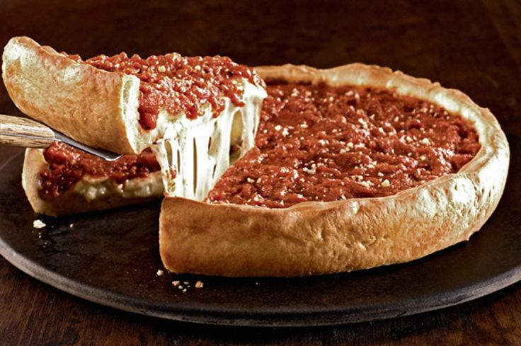 O canal brasileiro Cansei de Miojo recriou a famosa receita das pizzarias de Chicago nos Estados Unidos. Essa é uma pizza tão bem recheada que lembra até uma torta.