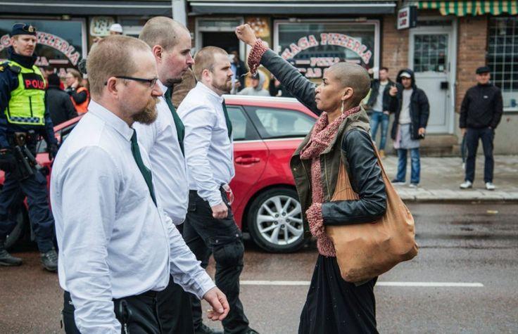 | 0605.2016 | De punho cerrado e peito aberto, a ativista de 42 anos foi de encontro à manifestação organizada pelo Movimento de Resistência Nórdica (NRM), que seguia por uma das principais vias do município sueco Borlänge.