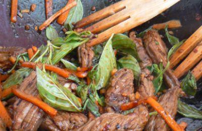 750 grammes vous propose cette recette de cuisine : Wok de boeuf au basilic thaï . Recette notée 3.8/5 par 8 votants