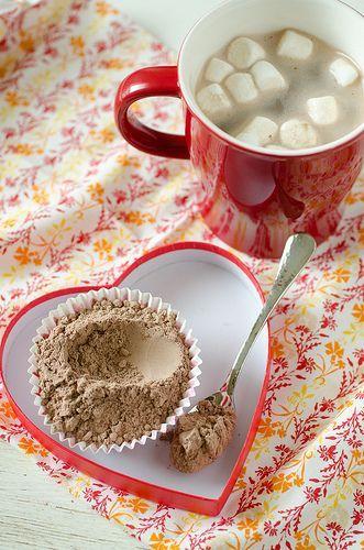 Met de koude wintermaanden voor de boeg genieten we altijd van een lekker kopje chocolademelk. De mix voor chocomel kun je eenvoudig zelf maken, namelijk zo: Recept voor ongeveer 20 bekers chocolademelk Benodigdheden: 400 gram melkpoeder 260 gram poedersuiker 200 gram cacao poeder 200 gram chocolate chips 1/4 theelepel zout Bereidingswijze: Mix alle ingredienten in...Lees Meer »