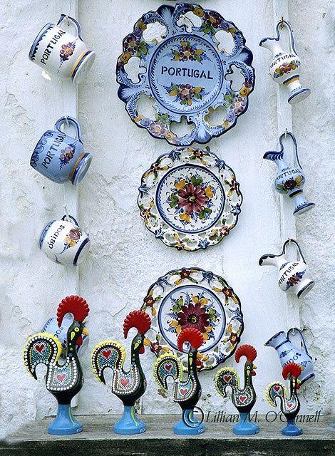 O galo de Barcelos , um símbolo de Portugal e as louças típicas .....lindo!!!