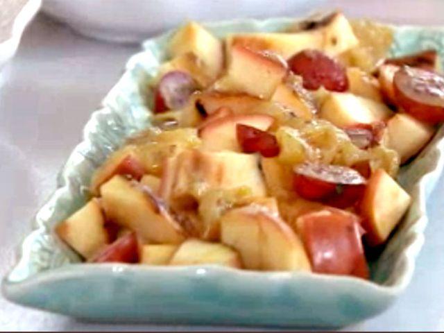 Grillade äpplen med krusbärskompott, flädersirap och lättvispad flädergrädde (kock Björn Frantzén)