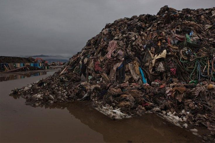 「戦場のフォトグラファー」ジェームズ・ナクトウェイ氏が撮影した『3・11』です。この悲劇を決して忘れてはなりません。QT Feb. 23, 2012. Rikuzentakata, Japan. Mountains of clothes and household textiles that cannot be recycled.