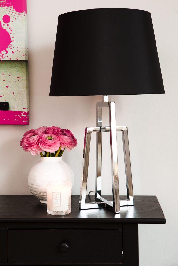 Puristisch und elegant: Tischleuchte mit silbernem 3D-Fuß.