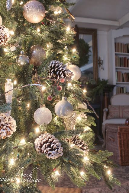 Winter Wonderland tree! White ornaments, white lights and frosty pinecones! Love!  FRENCH COUNTRY COTTAGE site.