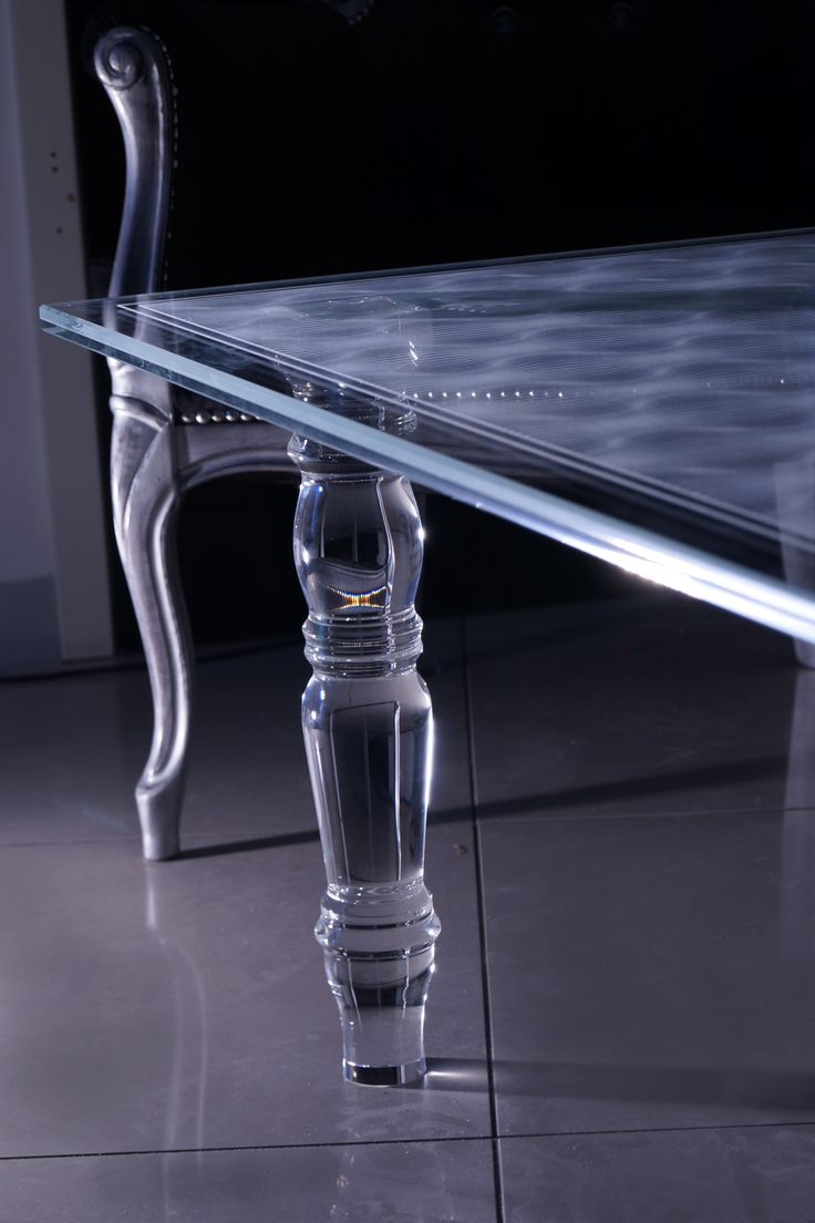 Nowoczesny stolik szklany Tb-02.  Blat wykonany ze szkła bezpiecznego VSG 8.8.2 Diamant (optiwhite), grubość  16mm, krawędzie fazowane, w szkle umieszczony grawer. Nogi wykonane ze szkła kryształowego.