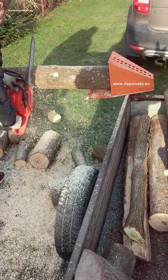 Rezanie dreva smotorovou pilou.