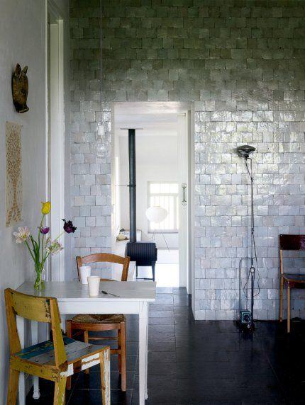 Carrelage nacré sur tout le mur.  Une cuisine de campagne au mobilier récupéré - via Marie-Claire maison / tiles on wall