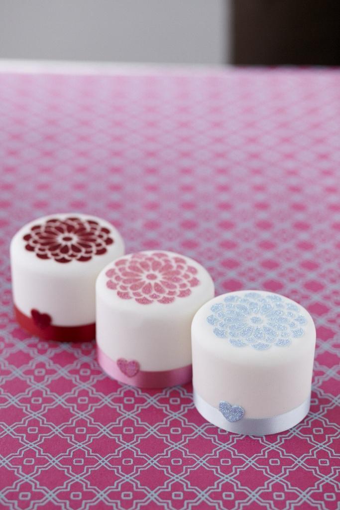 #CakeDecorating Glitter Stencil #Cakes Mini cakes! Mini cakes! Pretty and perfect! #Issue31