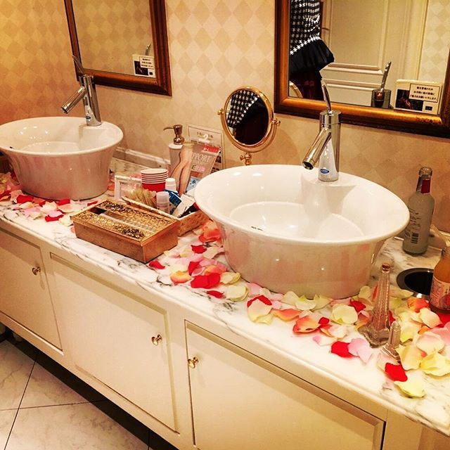 ✩結婚式レポ8✩ * #レストルーム 装飾 * #アメニティーと 女性用トイレには#フラワーペタル などなど飾りました * 元々綺麗な御手洗だったので、素敵な雰囲気になったー(*´︶`*)♡ * 飾り付けの時に、フラワーペタルは何枚かゴミ箱に落ちました笑 * アメニティーの内容は ○ヘアピン ○ヘアスプレー ○マウスウォッシュ ○サラサラシート ○あぶらとり紙 ○綿棒 ○爪楊枝 〇絆創膏 ○ストッキング  などなどー(´˘`*) * *#ちーむ1105 #2016秋婚 #日本中のプレ花嫁さんと繋がりたい #プレ花嫁 #北九州花嫁 #福岡花嫁  #花嫁DIY #プレ花嫁DIY #tg花嫁  #marry花嫁 #marryxoxo #ウエディングニュース #卒花しました #卒花嫁 #Arika_Wedding #結婚式当日レポ #結婚式レポート #結婚式 #ウェルカムスペース #トイレ装飾