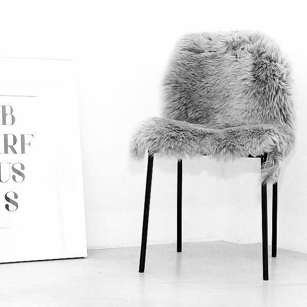 Muss ja nicht immer gleich ein neuer Stuhl sein! Mit diesem Lammfell sorgt ihr nicht nur für ein neuen Look, sondern habt es auch warm, weich und kuschelig! Hier entdecken und shoppen: https://sturbock.me/a8C