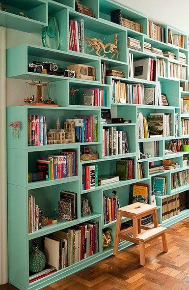 A estante de laca verde-água da arquiteta Yara Pereira tem nichos de alturas e larguras diferentes, para acomodar vários tamanhos de livros