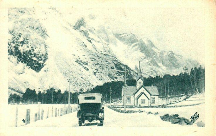 """Gammel bil på veien ved Korskirken i Romsdal. Bilens regnr. """"I 132"""". Med kjettinger. Vinter. Brukt 1924. Utg Wilse/Mittet"""