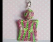 Collier court avec pendentif à motif abstrait type nid d'abeilles avec dégradé de rose et vert en Fimo  Collier avec 48cm de chaine à maillons argentée qui s'attache avec un petit fermoir mousqueton.  Le médaillon fait environ 3cm sur 2.5cm et la perle fait environ 14mm  Assorti à la bague en vente ici : http://www.alittlemarket.com/bague/bague_asymetrique_rose_et_verte_-4325619.html