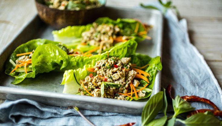 «Larb» er en type thailandsk kjøttdeigsalat. Her har jeg laget den av svinekjøttdeig og servert den i salatblader som små wraps. Kjøttet er blant annet krydret med fiskesaus, lime, chili og malte, ristede riskorn. I tillegg til friske urter som koriander og mynte, som binder alle smakene nydelig sammen.  Tips: Kjøttdeig av svin kan erstattes med kyllingkjøttdeig eller kjøttdeig av storfe.