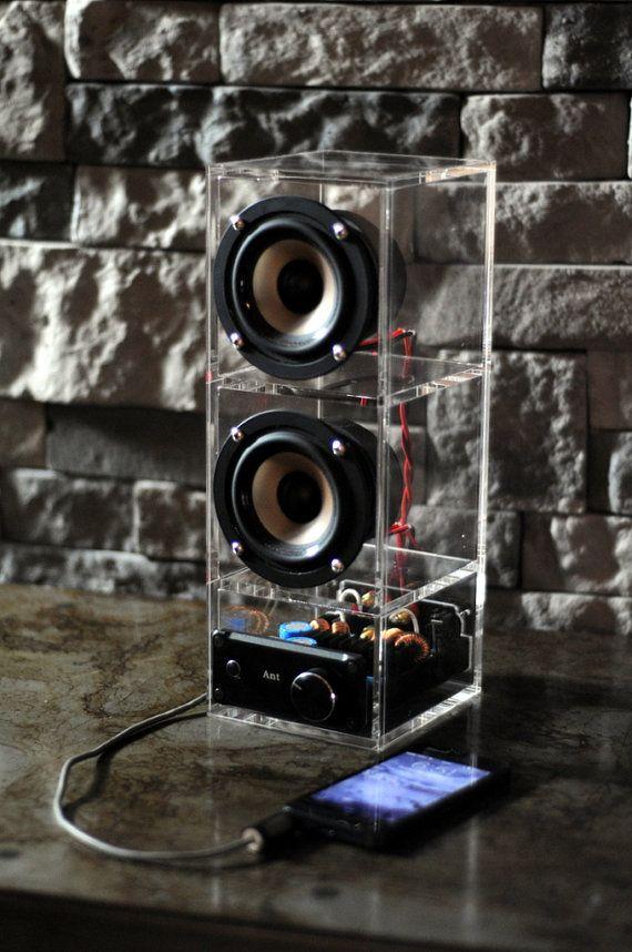 Diese kleine Boombox packs Punsch ernst! Es ist so lauter dann andere Boomboxes derselben Allgemeine Größe, die ich gehört habe. -Misst 4,25 x 6 x 11,5  -Inkl. standard Aux-Kabel -Hochwertige Verstärker & Lautsprecher  Du kannst einen Bluetooth-Empfänger für etwa $30. Es steckt einfach an der Rückseite des amp- und holt Bluetooth-Signale.  Ich kann dieses Design in größeren oder kleineren Maßstab machen.