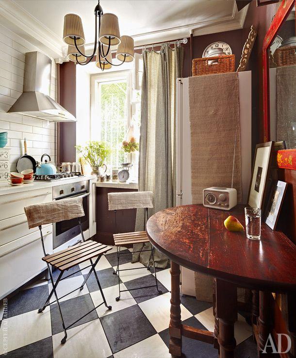 """На кухне — складной стол из """"Интерьеров махараджей"""". Наспинках складных стульев — чехлы изантикварной ткани, купленной вИзмайлове."""